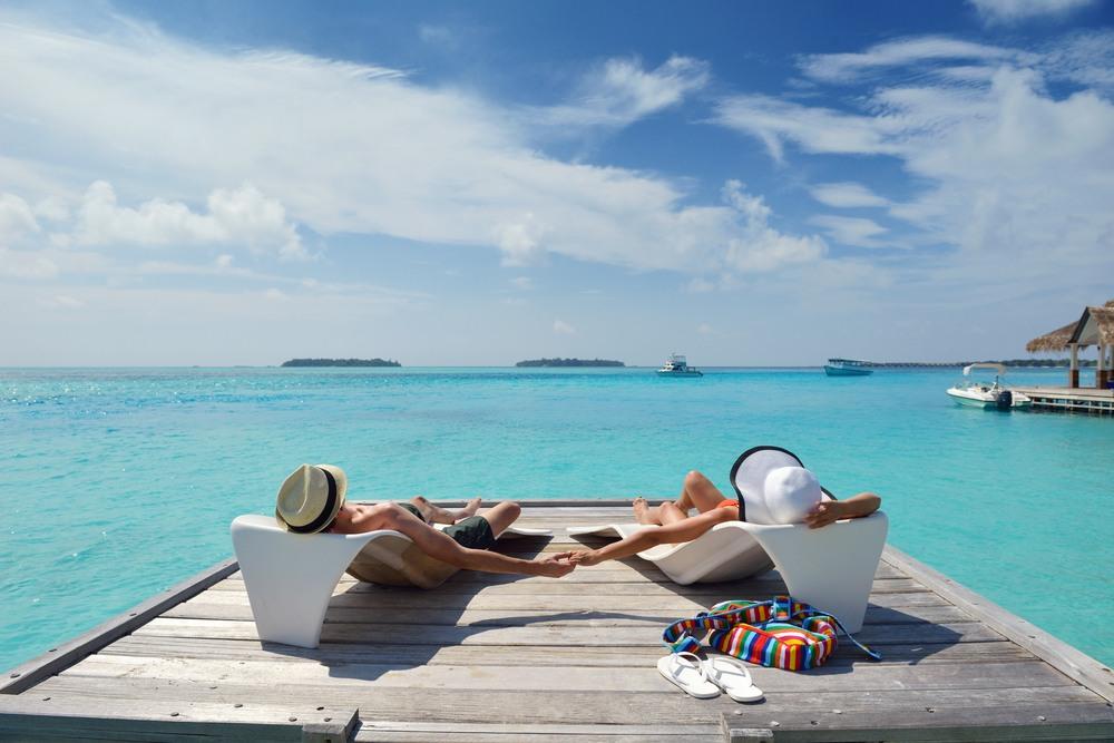Pareja relajándose en el Caribe