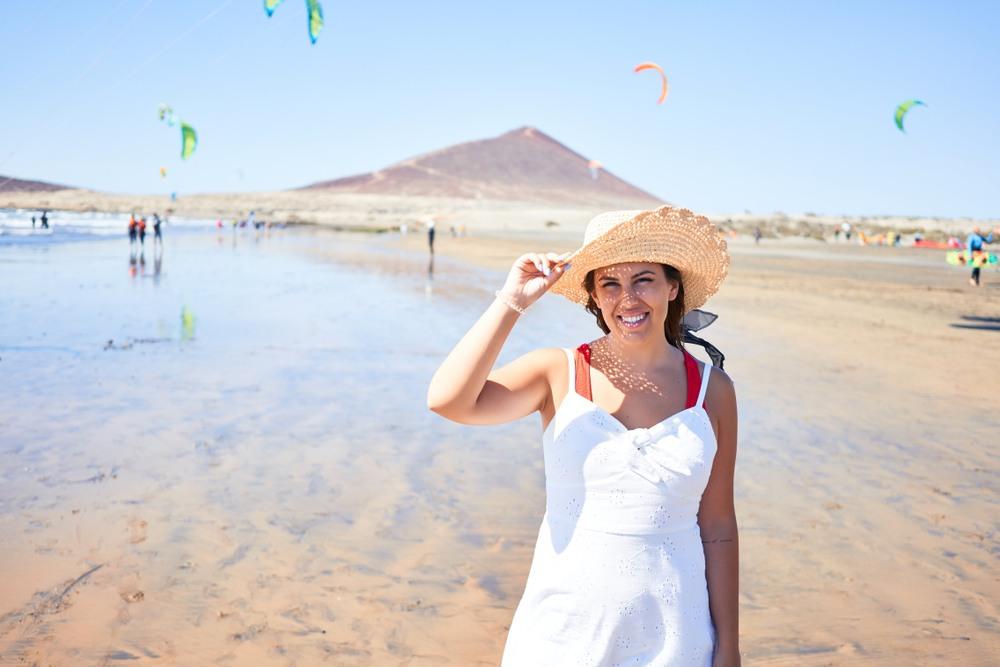 Chica paseando por una playa de Gran Canaria