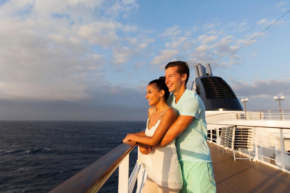 Pareja disfrutando de un crucero por el Mediterráneo