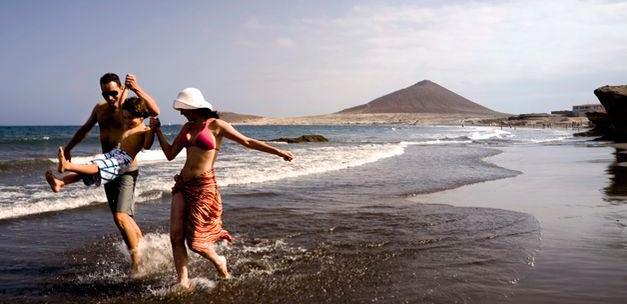 Familia paseando por una playa de Tenerife