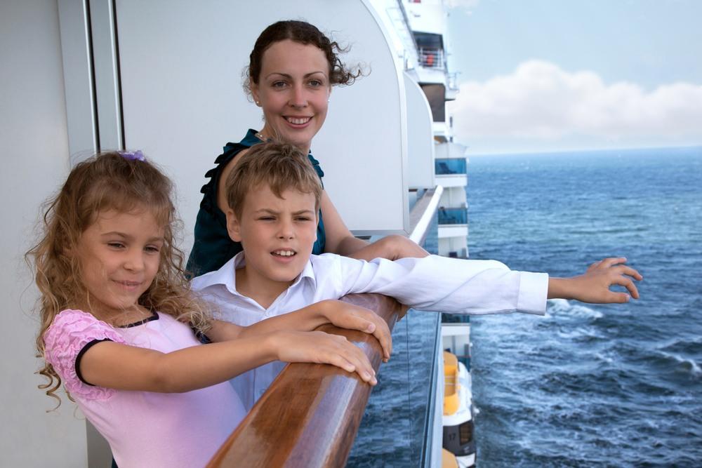 Familia disfrutando de un crucero por el Mediterráneo