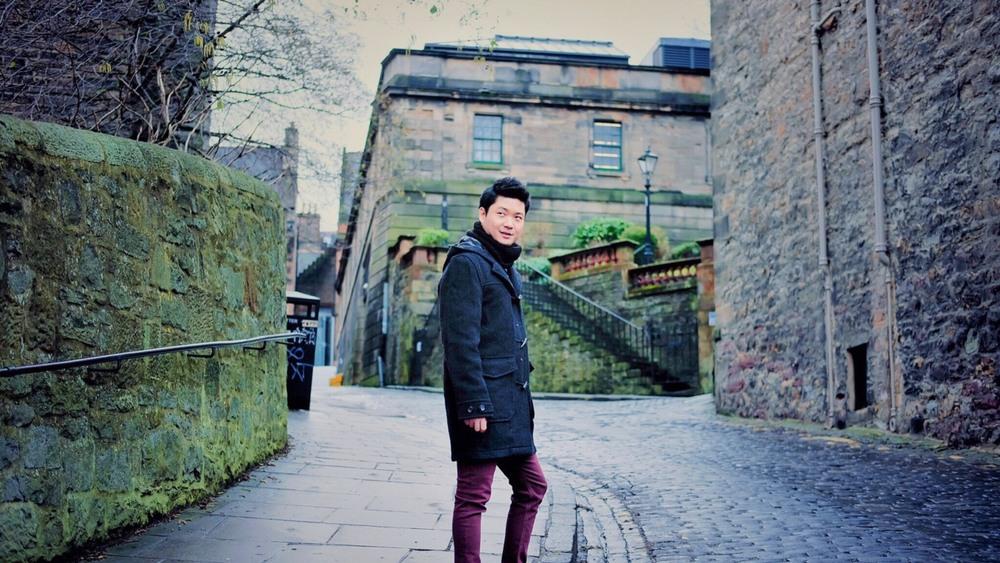 Turista paseando por las calles de Edimburgo
