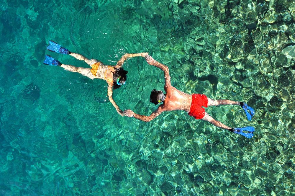 Pareja disfrutando de las cristalinas aguas del Caribe