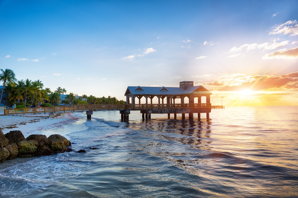 Pier en la playa al amanecer en Key West, Florida