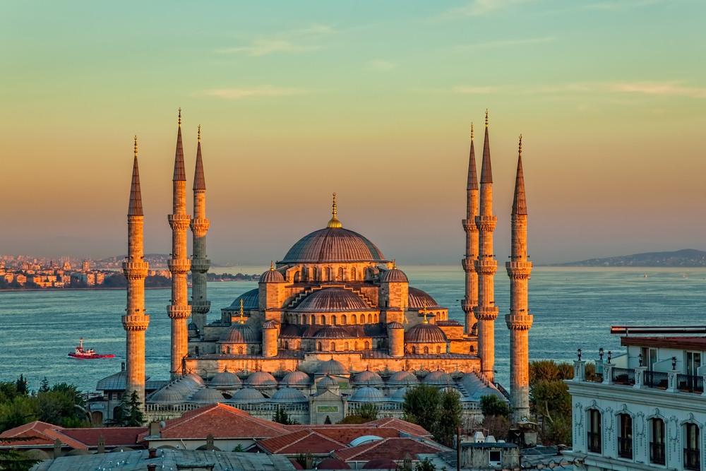 Imagen de la puesta de sol en la Mezquita Azul (parque Sultanahmet) Estambul