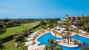 Piscina y zonas al aire libre en el Hotel Precise Resort El Rompido.