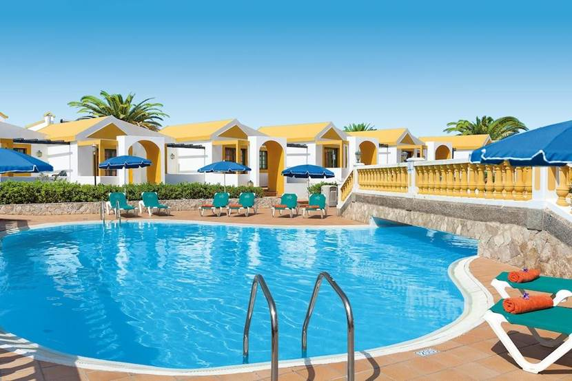 Bungalows y piscina del Club Caleta Dorada