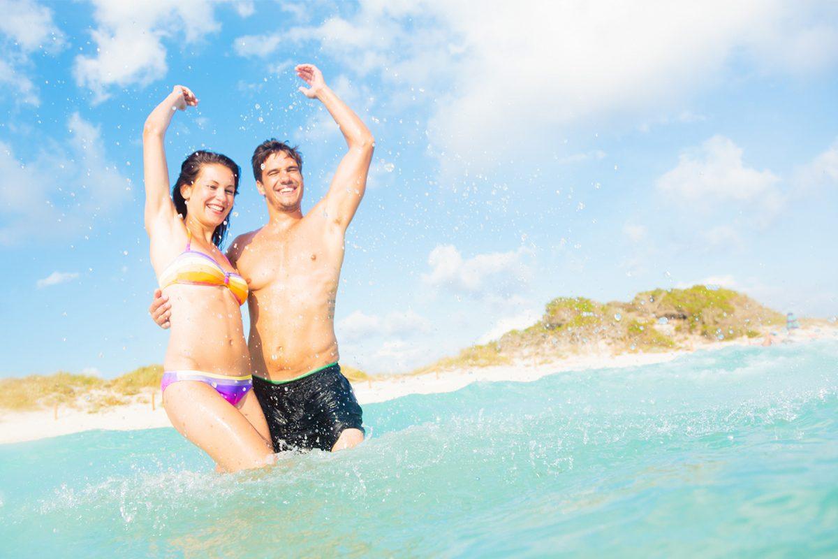 Este verano los españoles viajamos en pareja a la costa